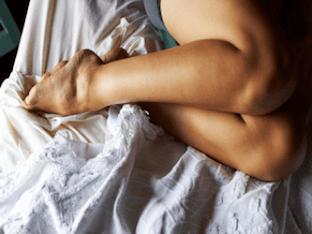 Сводит ноги судорогой - что делать и причины