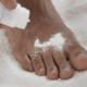 Как избавиться от потливости ног и неприятного запаха?