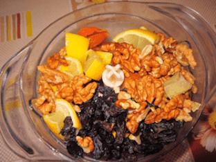 Витаминная смесь из сухофруктов, меда и орехов