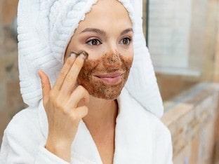 Хорош ли кофейный скраб для очистки черных точек и прыщей на лице? Как часто следует использовать кофейный пилинг для лица?